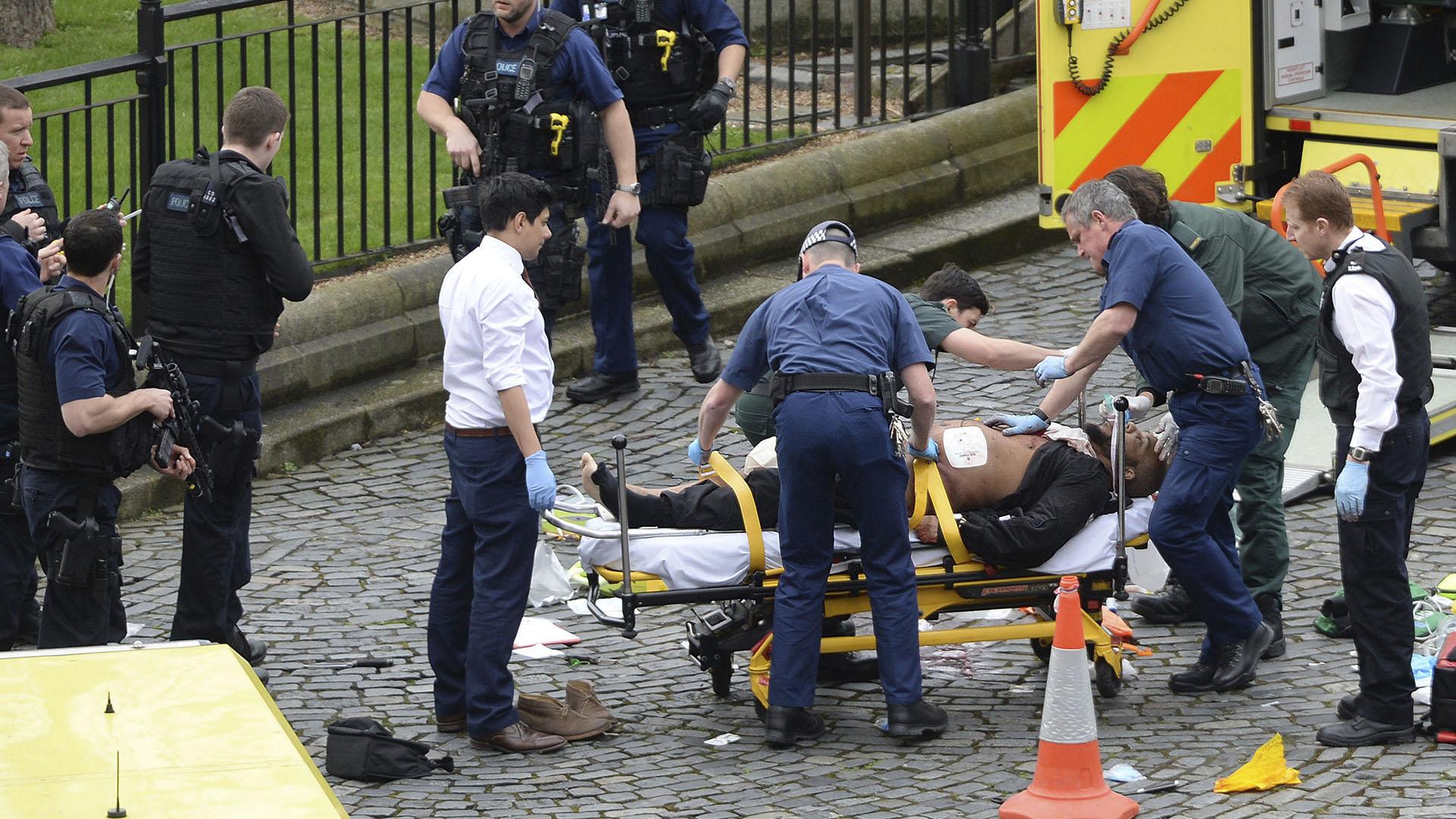 El terrorista de Londres es llevado en ambulancia luego de ser herido por un policía (AP)