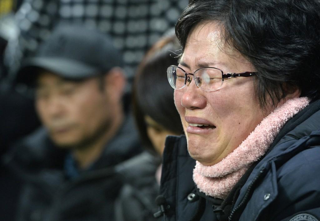 Una mujer llora a uno de sus familiares fallecido en el naufragio (Reuters)