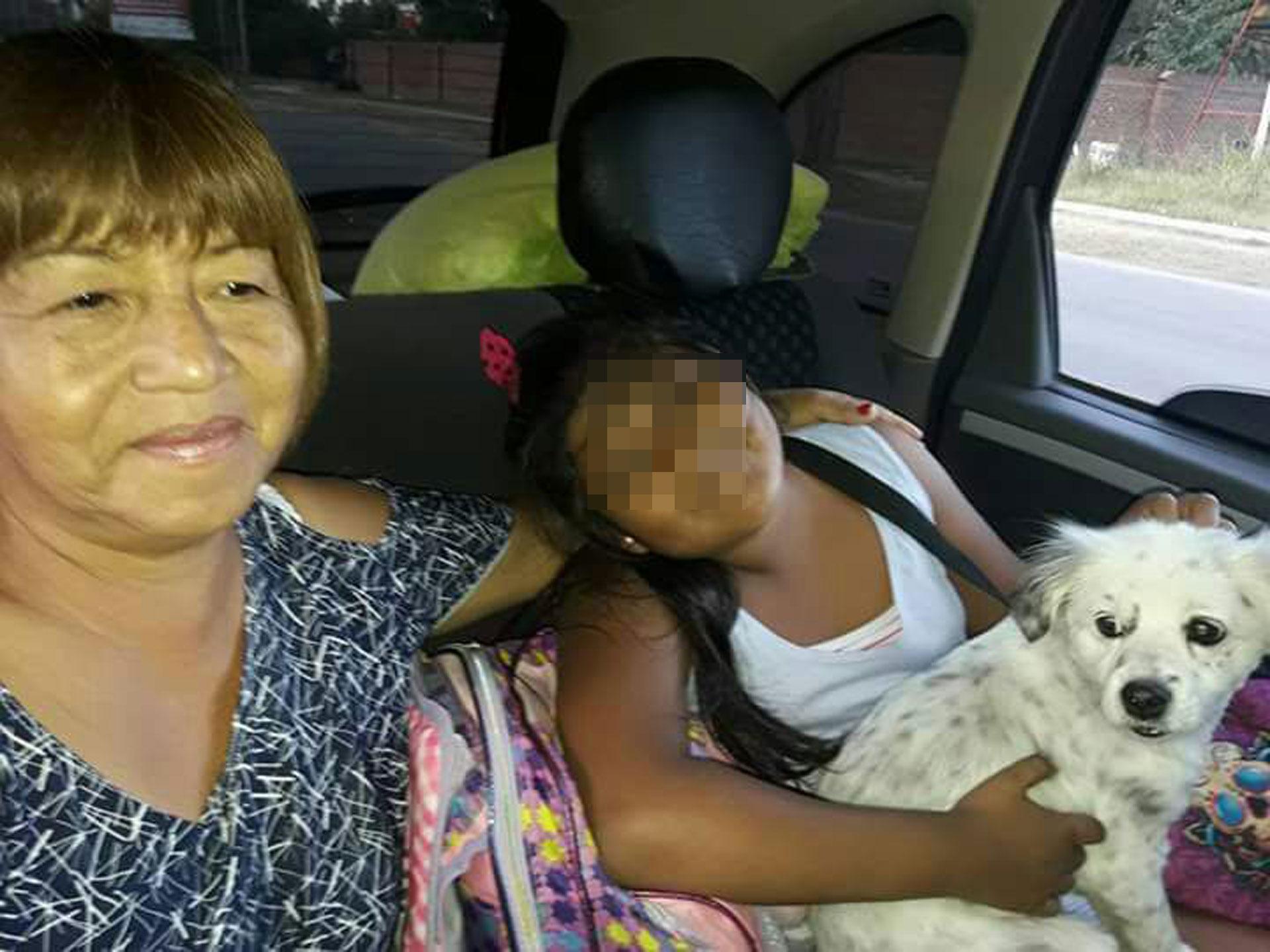 J. tiene hoy 9 años. En la foto está junto a su abuela, que acababa de conseguir la tenencia definitiva.