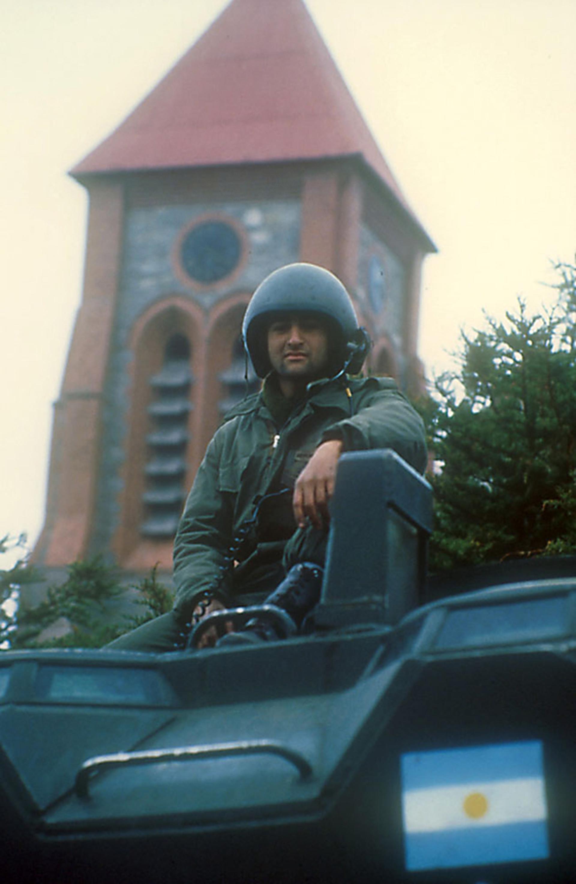 El tanquista argentino Eduardo Parada en su vehículo anfibio Amtrac.De fondo, la torre de la iglesia anglicana de la ciudad