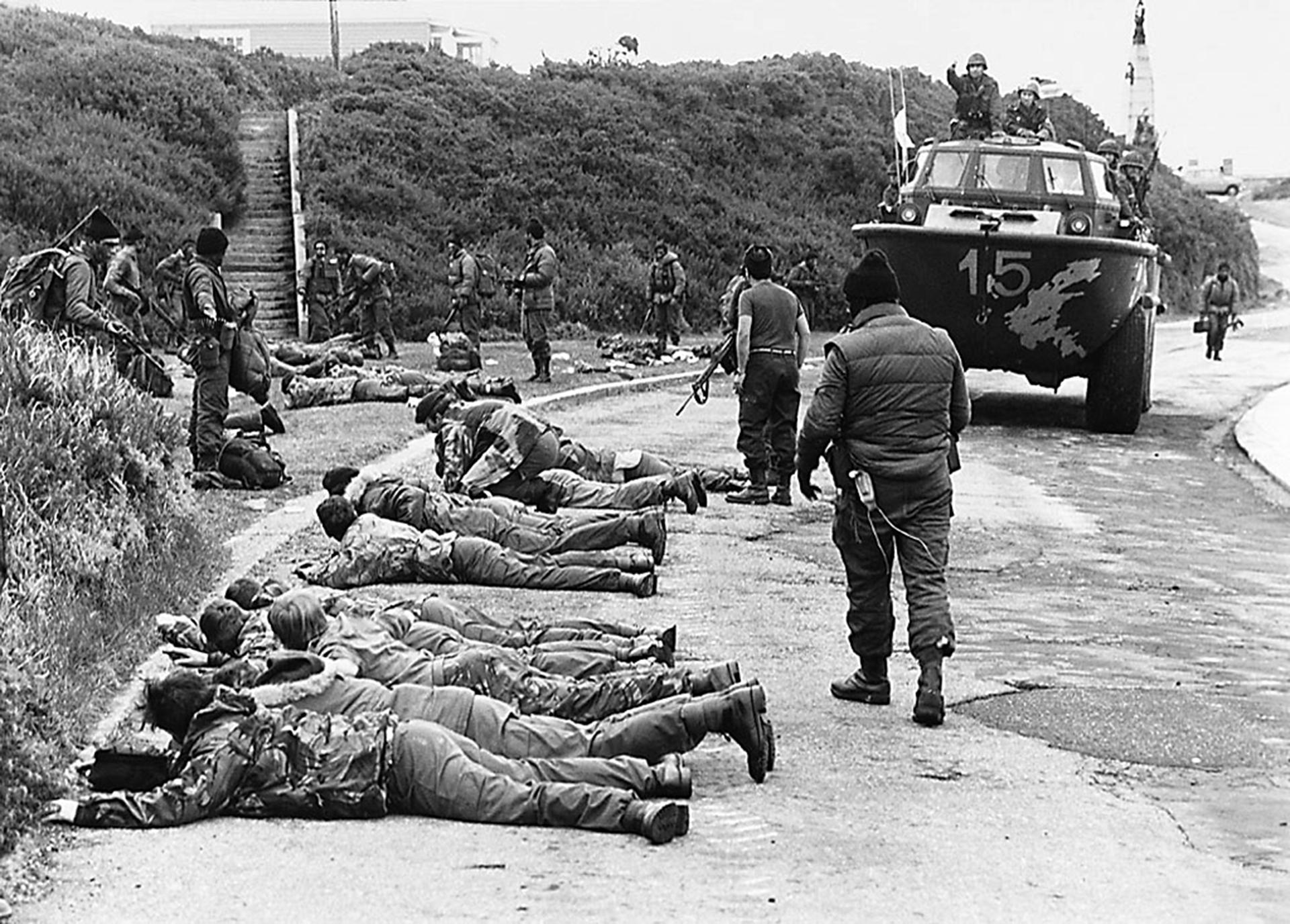 En Ross Road, Puerto Argentino, los marines deponen sus armas frente a los comandos anfibios de la Armada Argentina. En los enfrentamientos cae el Capitán Pedro Edgardo Giachino y resultan heridos de gravedad el Teniente de Fragata Diego García Quiroga y el Cabo Primero Ernesto Urbina