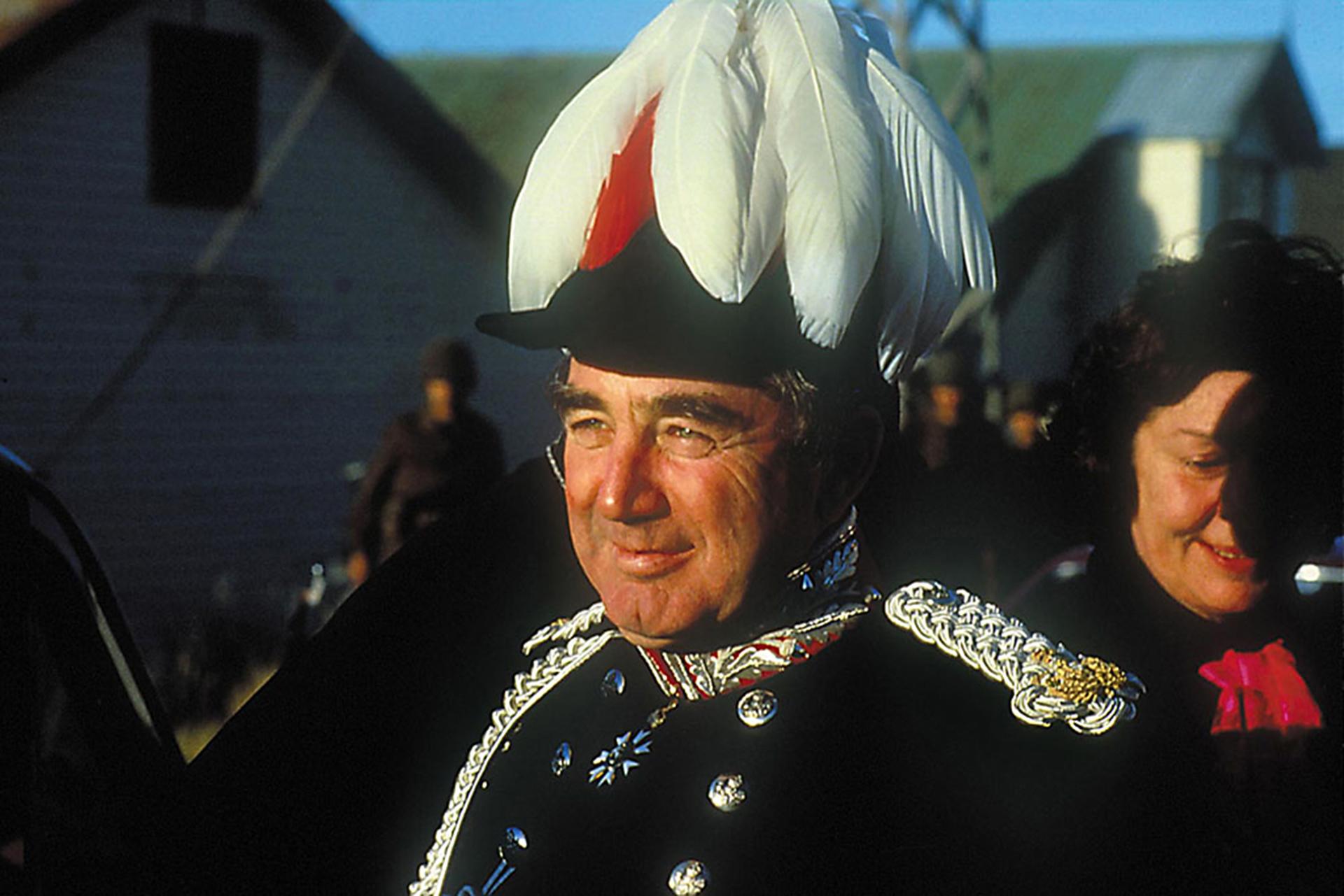 Un rato más tarde Sir Rex Hunt se viste con su traje de gala y se entrega a las tropas argentinas, a quienes les dice que el desembarco es ilegal. Ese mismo día es enviado a Montevideo y el 5 a la mañana llega a Londres, justo para dar un informe a los soldados que salían hacia el Sur