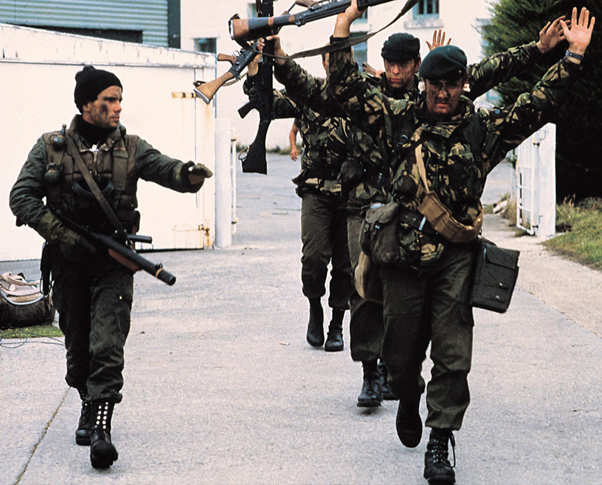 La orden para los comandos argentinos que llevaron a cabo la Operación Rosario fue clara: no se debían producir bajas en las tropas británicas (57 infantes de marina,11 Royal Marines y 40 miembros de la Fuerza de Defensa de las Islas). A primera hora de la mañana del 2 de abril llega la rendición