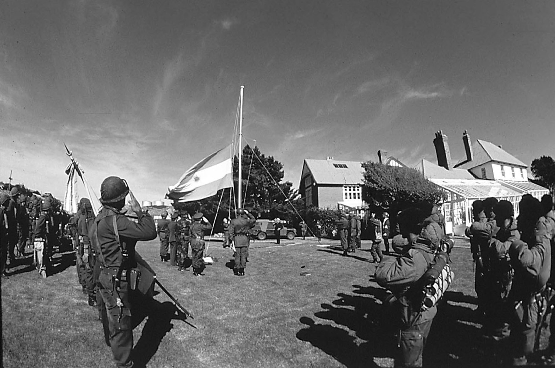 Cercadel mediodía del 2 de abril las tropas argentinas izan por primera vez la bandera argentina. Tres díasmás tardelaflota británica parte de Portsmouth y Plymouth hacia el Atlántico Sur
