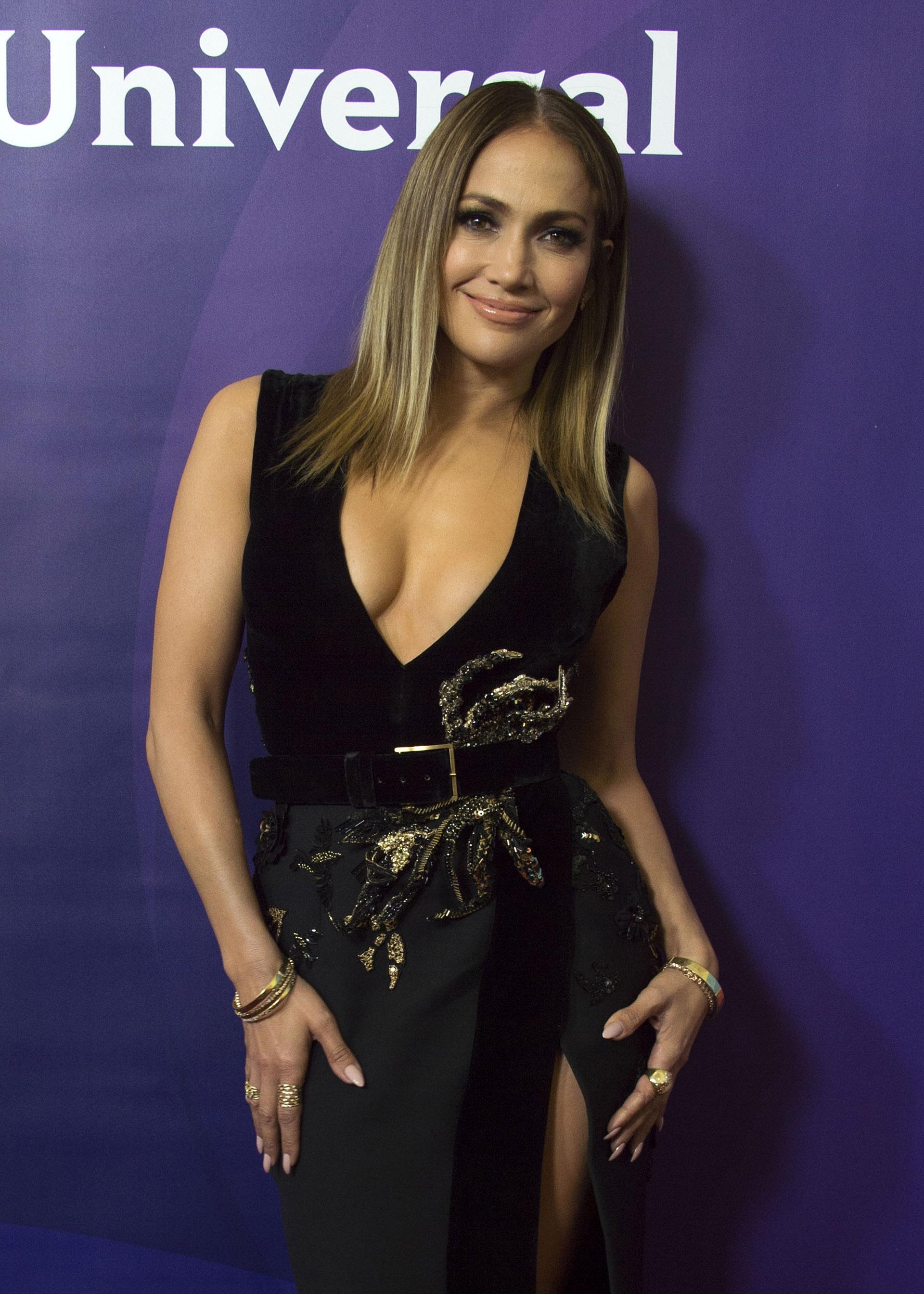 """Jennifer siempre luce las uñas largas y en forma de almendra. En esta ocasión, eligió esmalte """"nude"""" y anillos dorados"""