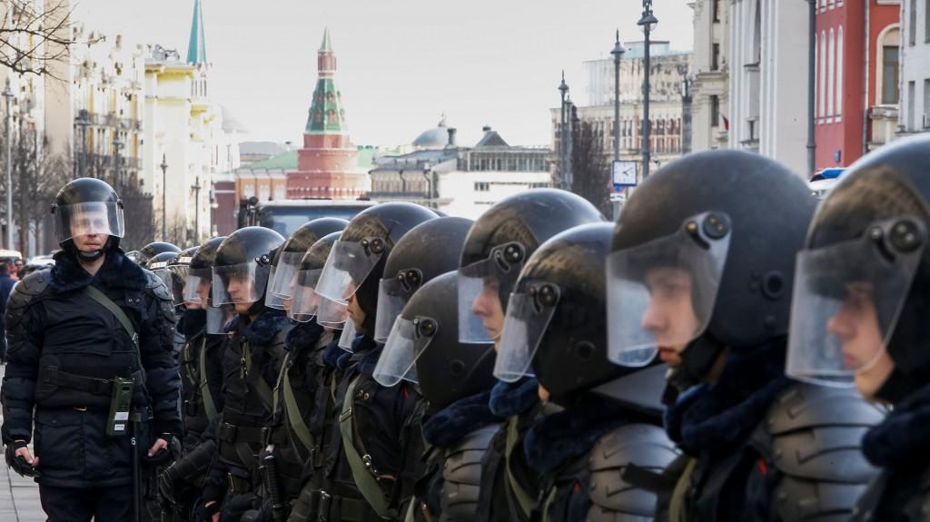 En Moscú los manifestantes caminaron toda la tarde por las aceras de la calle Tversakia, una de las principales arterias de la capital rusa, que desemboca en el Kremlin