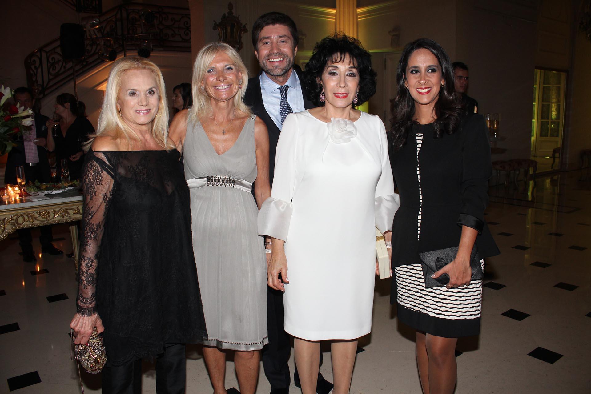 Elsa Serrano, Teresa Castaldo, Graciela Pérez Lastra y Vanesa de Noble Herrera junto al agasajado