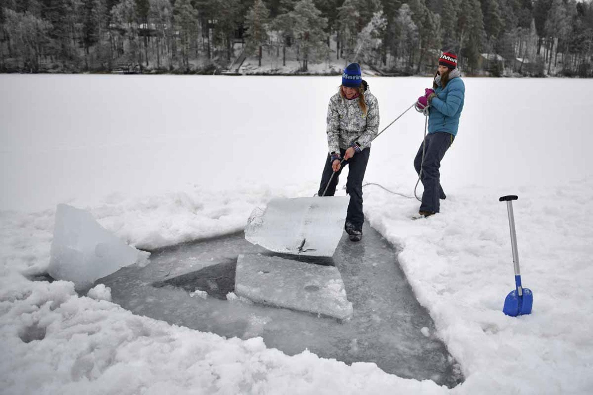 Johanna Nordbland y su hermana preparándose para bucear libremente bajo hielo (AFP)