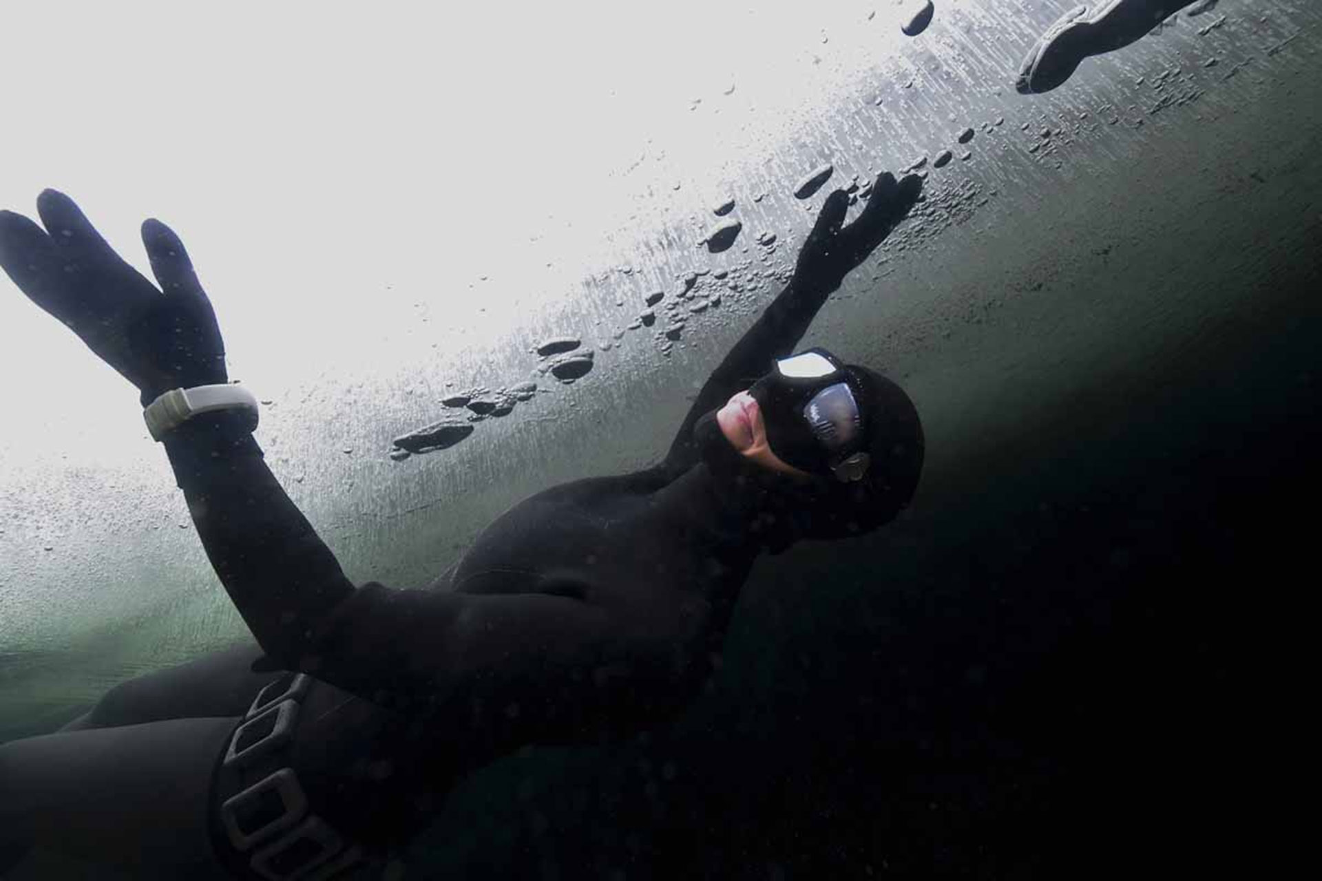 Johanna Nordbland debajo de la capa de hielo (AFP)