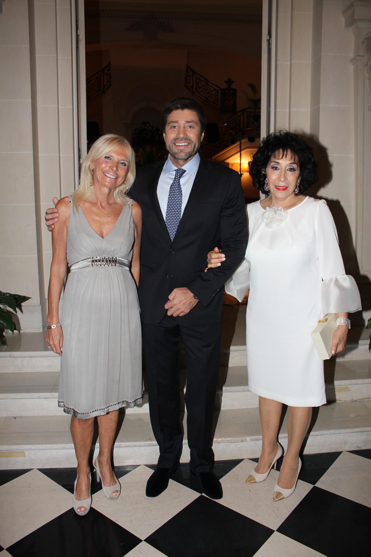 El empresario Walter Ramírez Moyano junto a su madre, Graciela Pérez Lastra (derecha) y a la embajadora de Italia en la Argentina, Teresa Castaldo