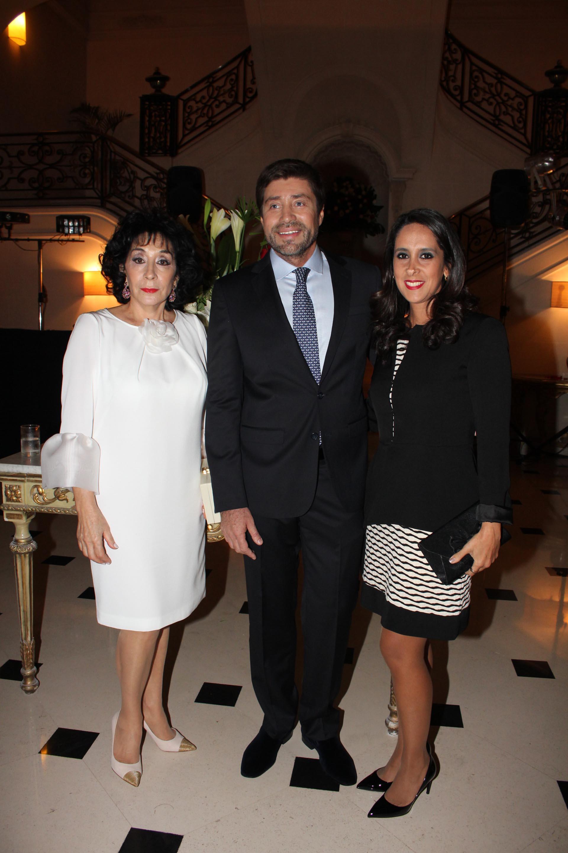 Graciela Pérez Lastra y su hijo junto a Vanesa de Noble Herrera