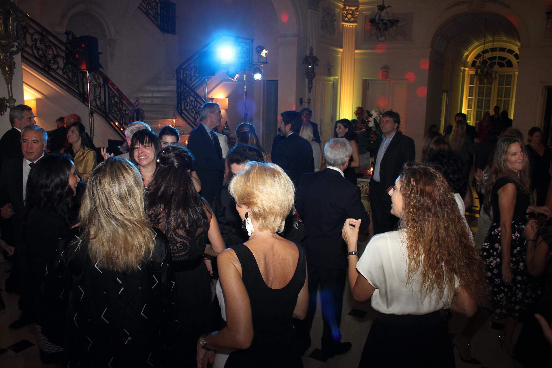La pista de baile en uno de los fabulosos salones de la embajada de Italia