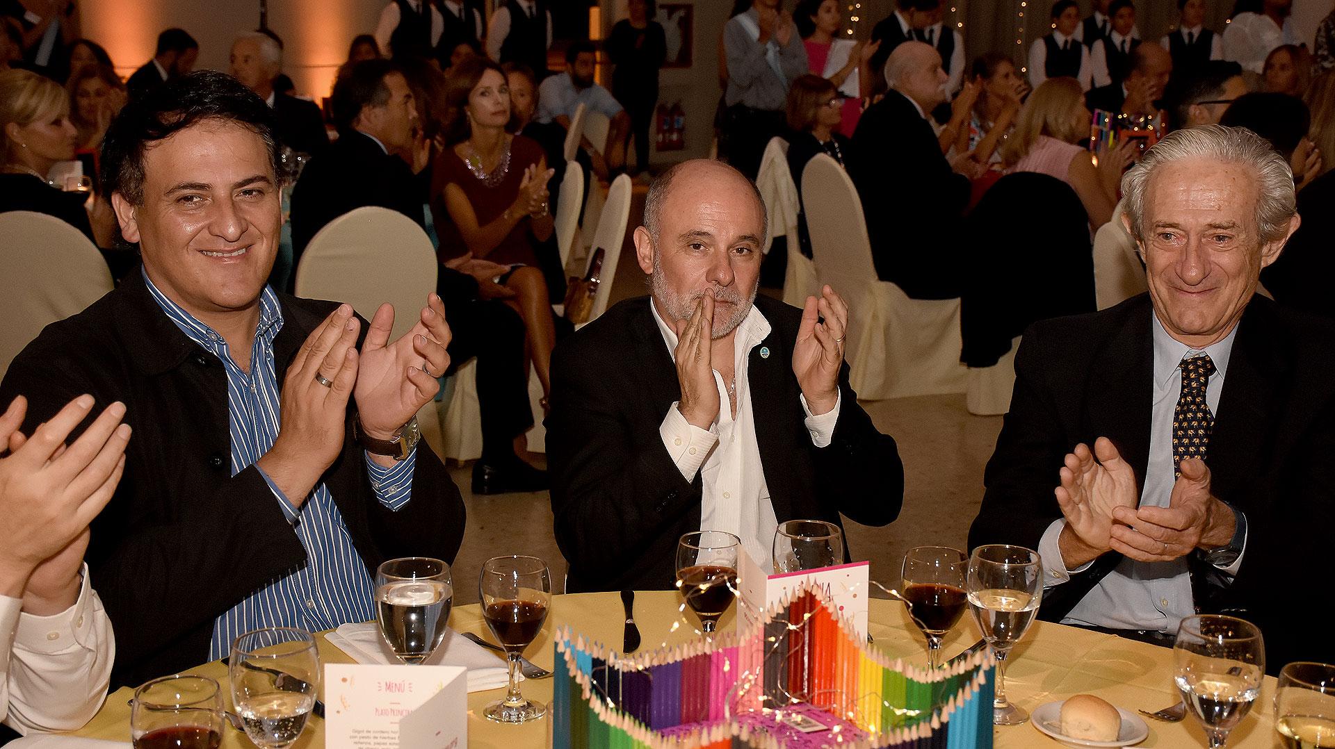 El titular de la Dirección General de Escuelas, Jaime Correas (centro) junto a Juan José Llach, miembro del Consejo Académico de Cimientos