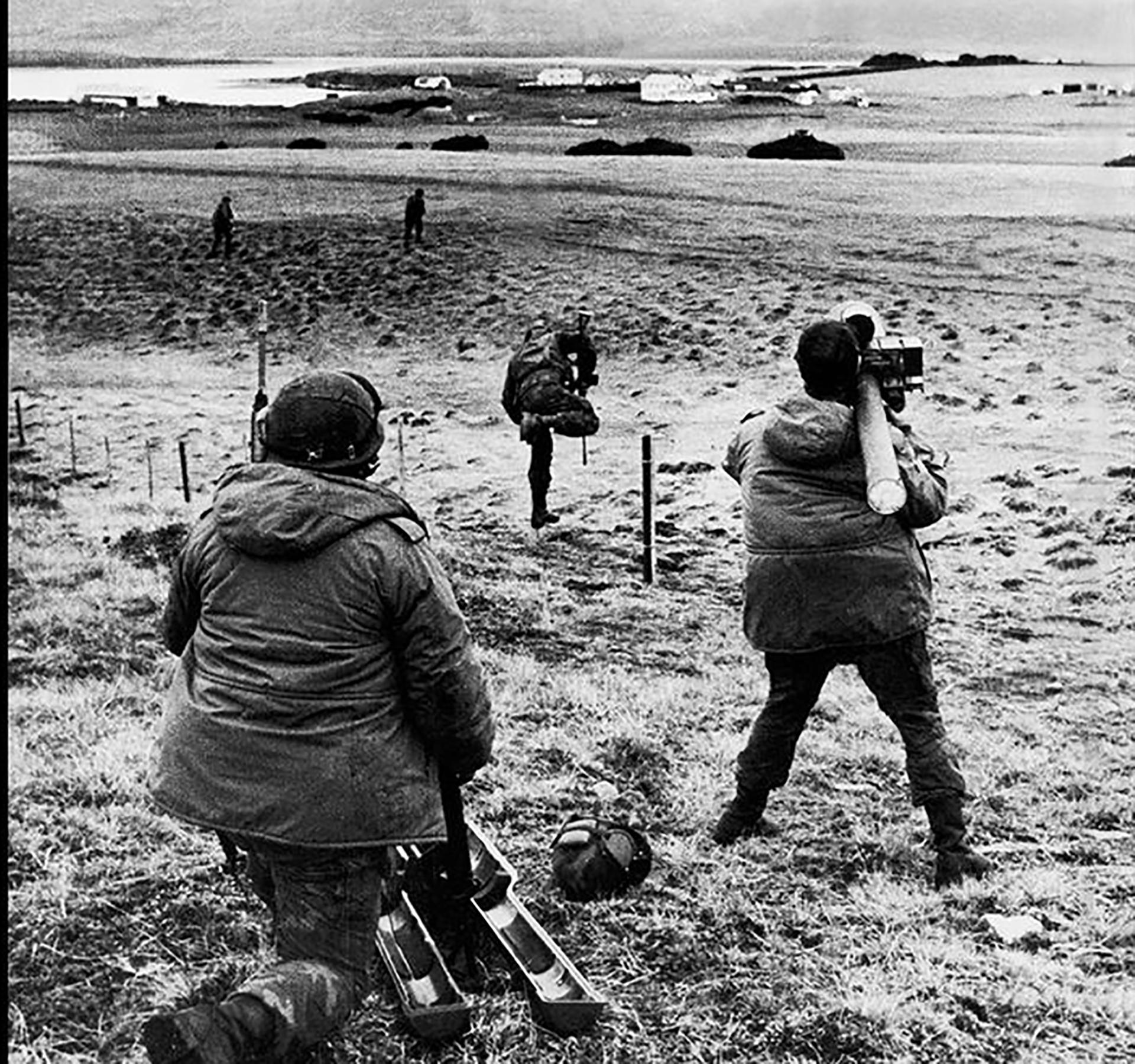 Militares argentinos de la Compañía 601 toman su posición en el estrecho de San Carlos, que separa las dos islas principales de las Malvinas, la Soledad y la Gran Malvina. Mayo de 1982