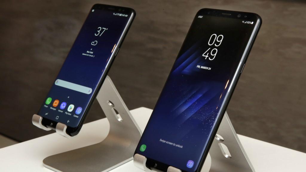 Los nuevos teléfonos Samsung Galaxy S8, a la izquierda, y el Galaxy S8 Plus fueron develados este miércoles en Nueva York. Este modelo tiene una pantalla más grande que el anterior Galaxy S7, y un asistente de vozque competirá con su rival Siri y con el similar deGoogle. (AP Photo/Richard Drew)