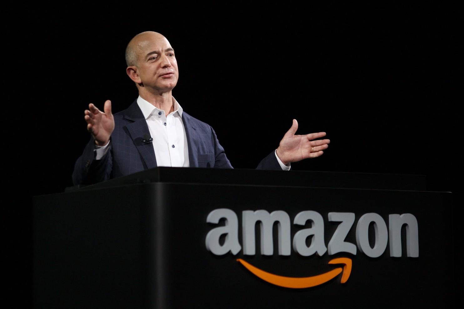 Bezos es el fundador y presidente de Amazon, así como propietario del periódico The Washington Post