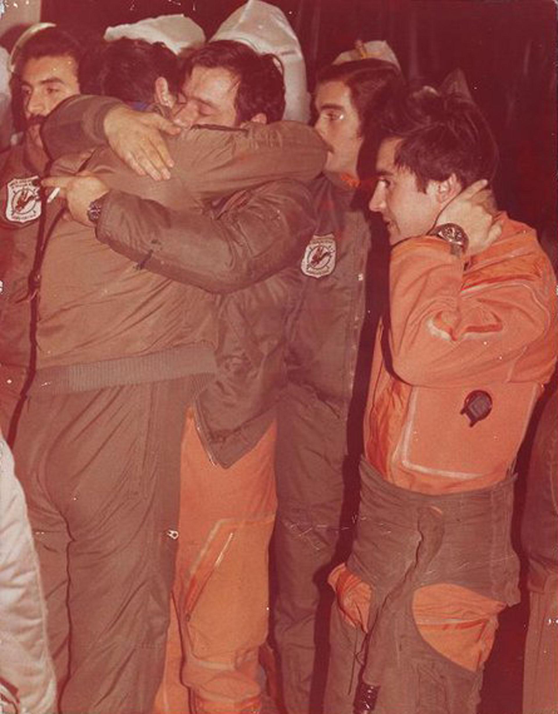 30 de mayo: el alférez Gerardo Isaac (con el traje antiexposición anaranjado) al llegar de la misión en que atacaron al Invencible. Ernesto Ureta se abraza con sus compañeros, que los esperaban en San Julián. Salieron cuatro aviones A4-C, volvieron dos. Murieron los pilotos Castillo y Vázquez. En esta misión participaron 8 aviones: 2 Hércules, 2 Super Étendard y los 4 A4-C