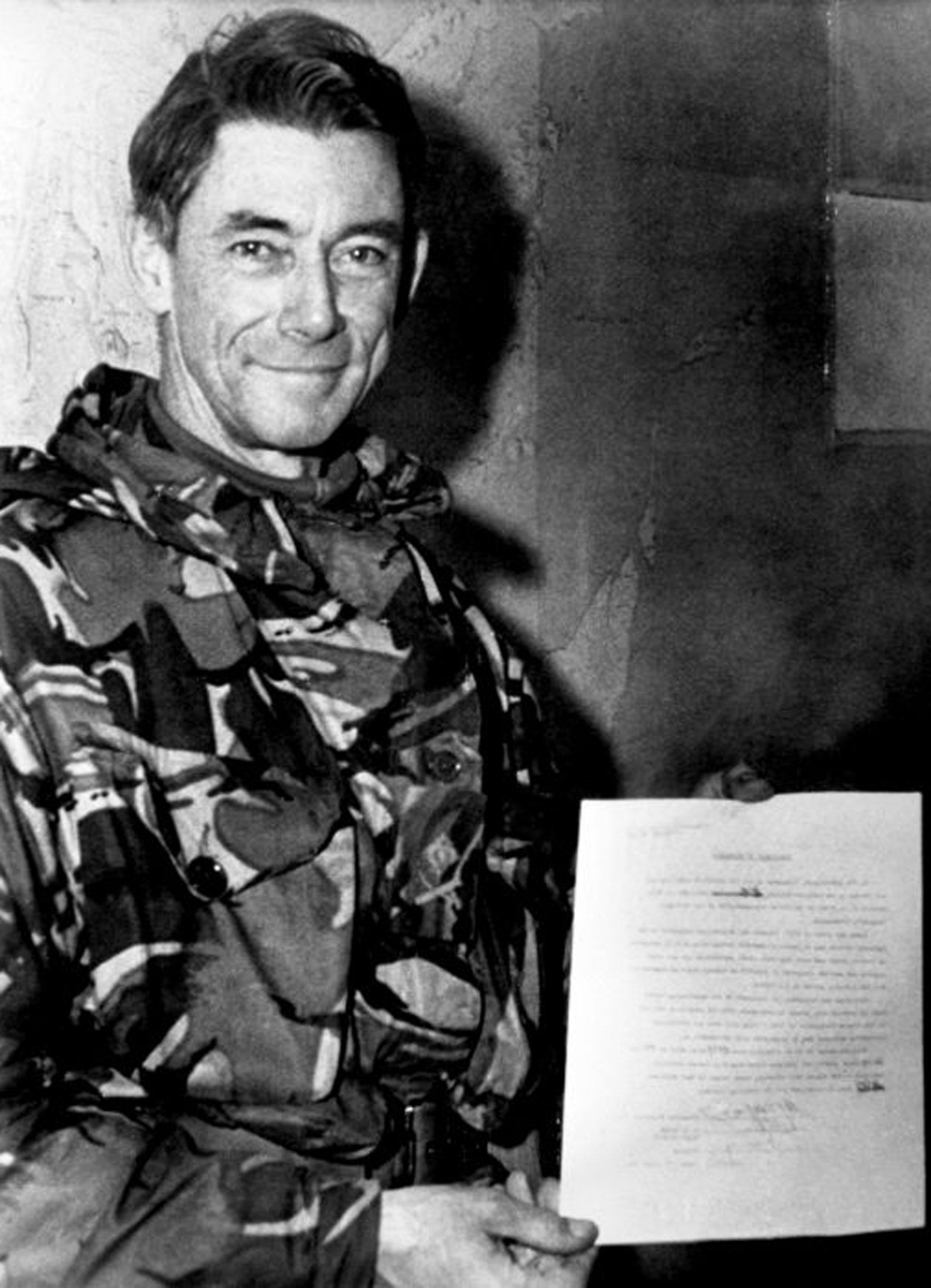 El general Jeremy Moore, comandante de las tropas terrestres británicas en las Islas Malvinas, con la rendición argentina firmada el 14 de junio de 1982 en Puerto Argentino (Puerto Stanley).