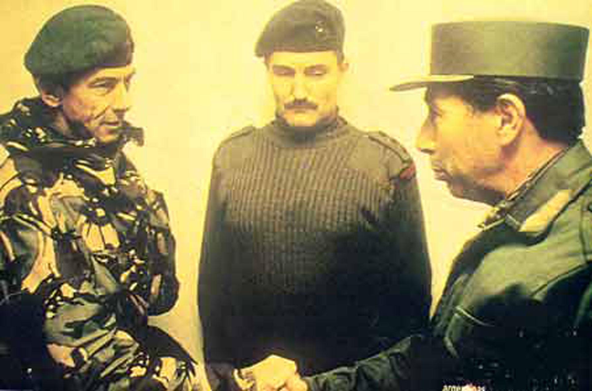 El General Mario Menéndez firma la rendición ante el comandante británico, General Jeremy Moore. El documento está en exhibición en el Museo Imperial de la Guerra en Londres