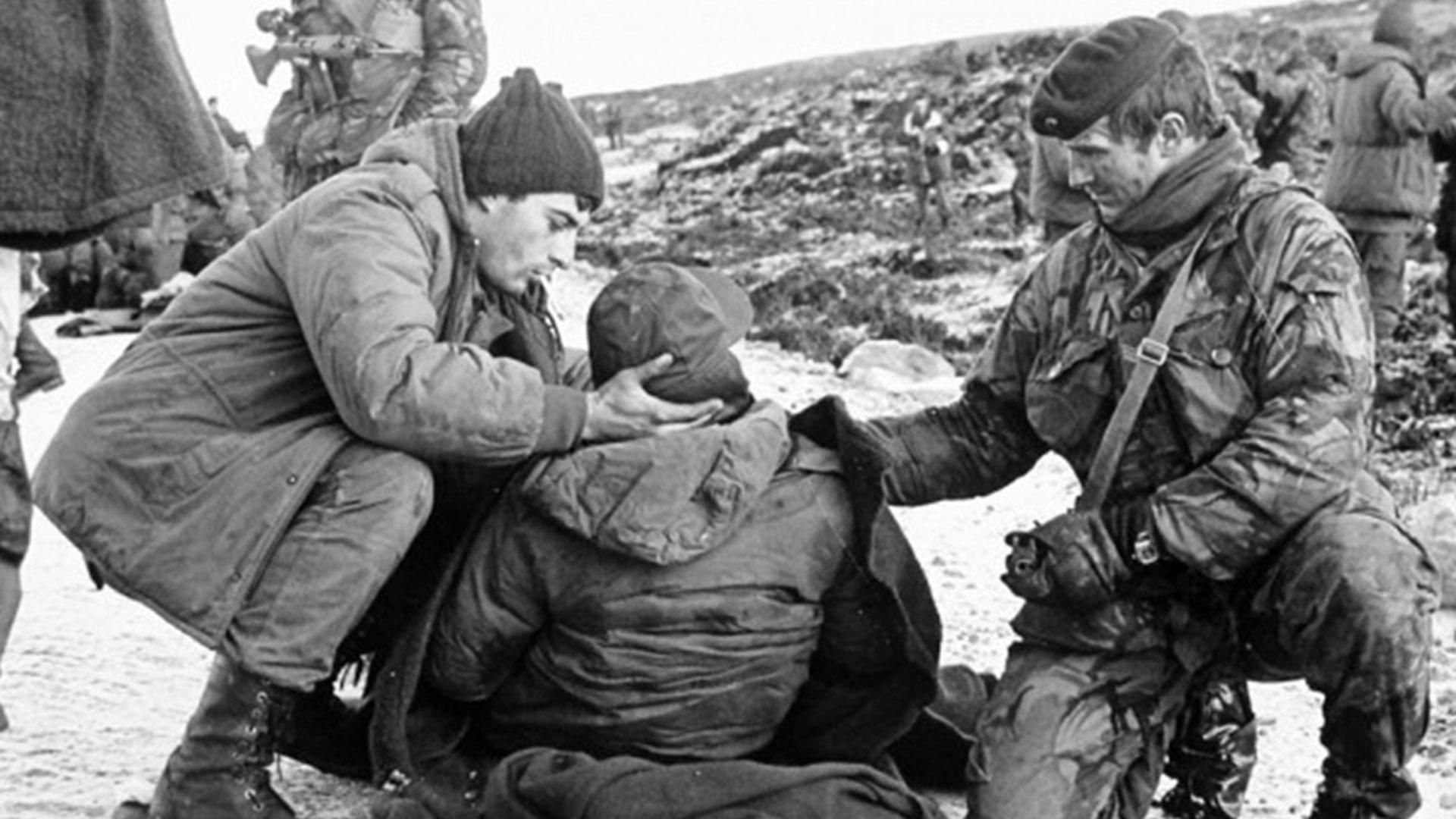 Caídos argentinos: 194 de Ejército (16 oficiales, 35 suboficiales, 143 soldados); 377 de la Armada (323 del Belgrano, 8 del Sobral, 1 del Santa Fe, 1 del Guerrico, 5 del Isla de los Estados, 34 de Infantería, 1 del Apostadero Naval Malvinas y 4 pilotos); 55 de Fuerza Aérea (41 aviadores); 7 de Gendarmería; 2 de Prefectura; 16 agentes civiles