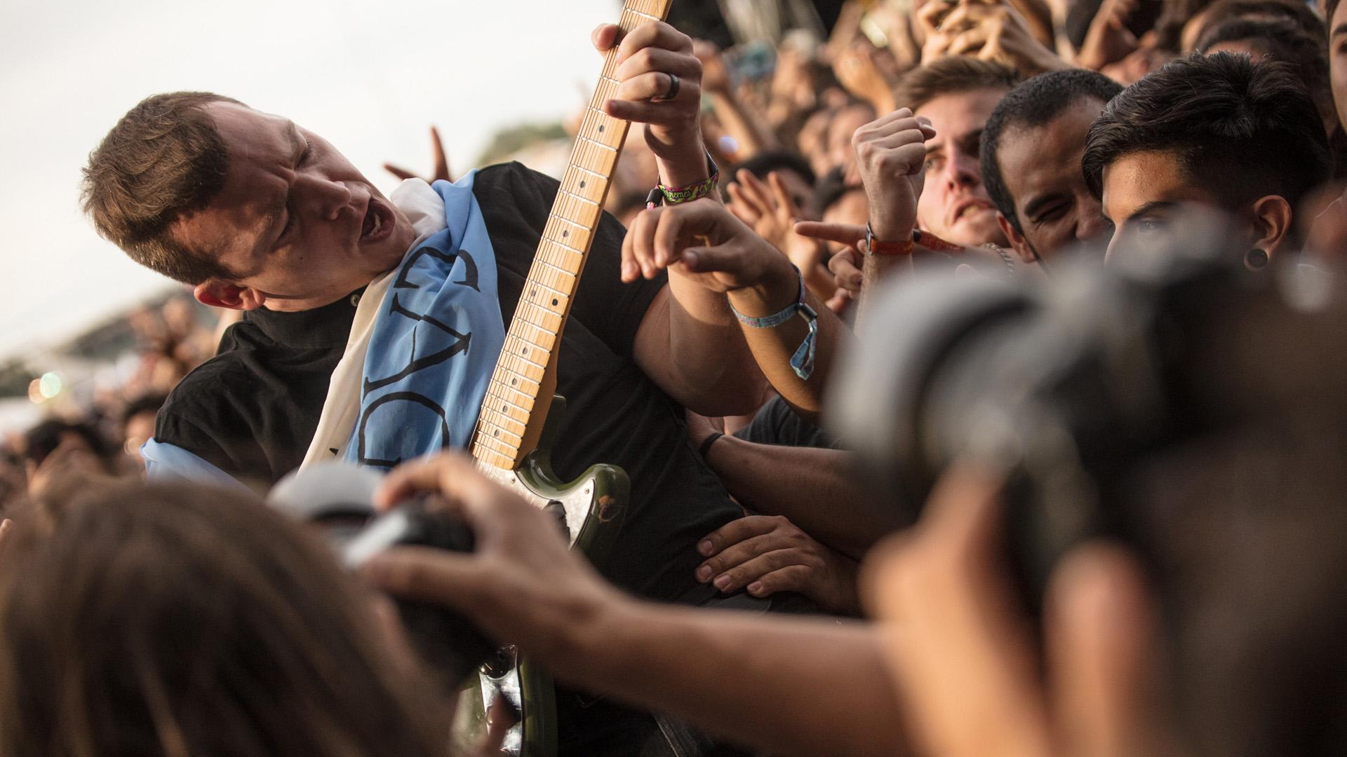 El guitarrista de Cage the elephant entre el público