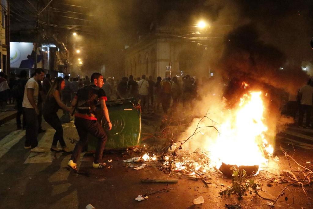 Agentes antidisturbios que acordonan el edificio, en el centro de Asunción, dispararon balines de goma a manifestantes, resultando herido Efraín Alegre, presidente del opositor Partido Liberal, el mayor de la oposición