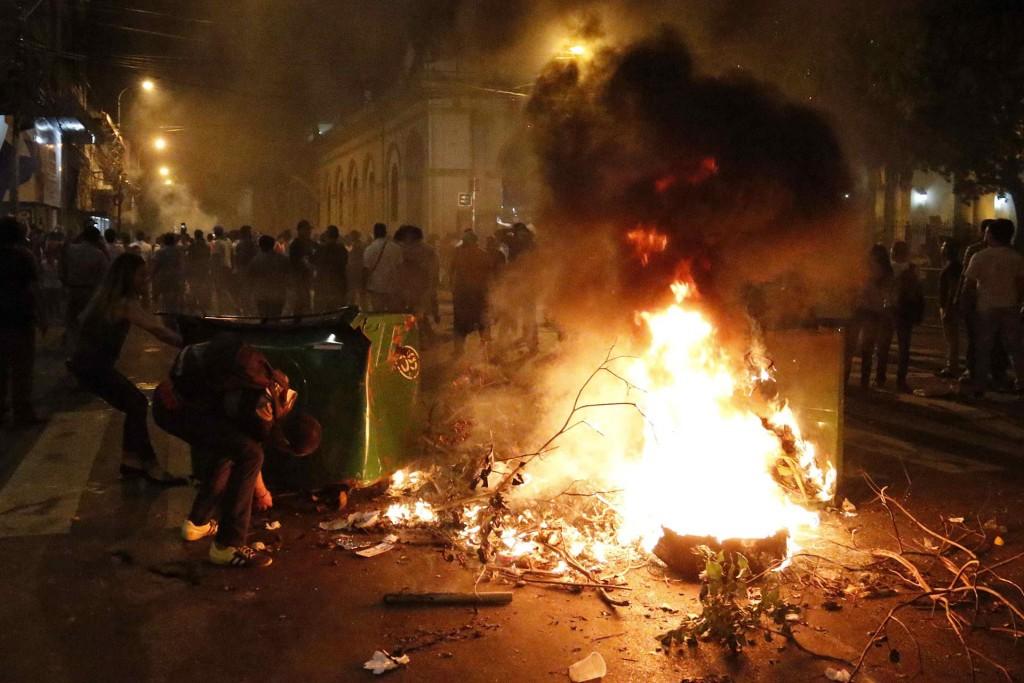 Manifestantes prenden fuego una barricada en una calle cercana al Congreso Nacional en Asunción