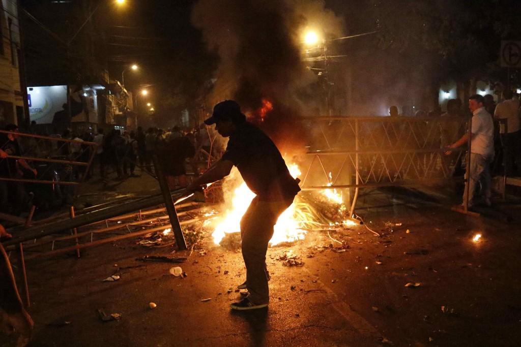 Hay un número de heridos sin determinar por la intervención de la policía nacional, que también fue agredida con piedras por algunos manifestantes, que todavía permanecen en los alrededores del Congreso