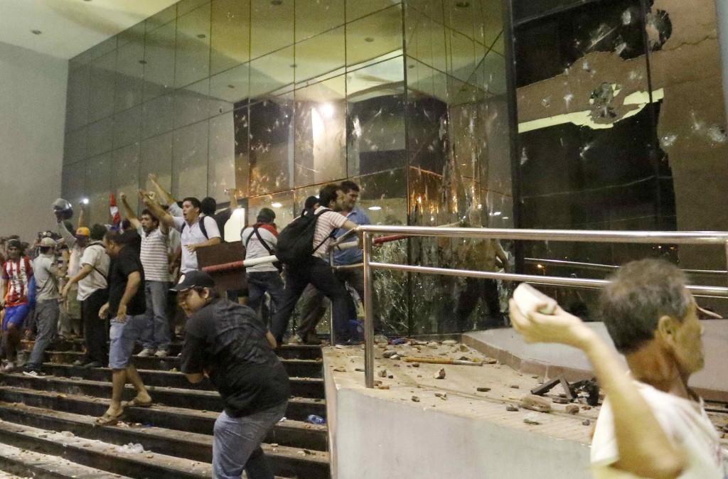 Los opositores irrumpieron en las oficinas de congresistas favorables a la enmienda, saquearon sus pertenencias y finalmente prendieron fuego en algunos sectores, transmitió la televisión