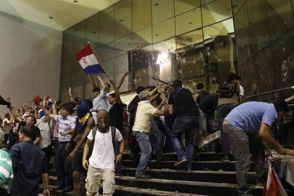 Varios de los manifestantes lograron entrar en el edificio, en el centro de Asunción, que está acordonado por policías, quienes están respondiendo con balines de goma