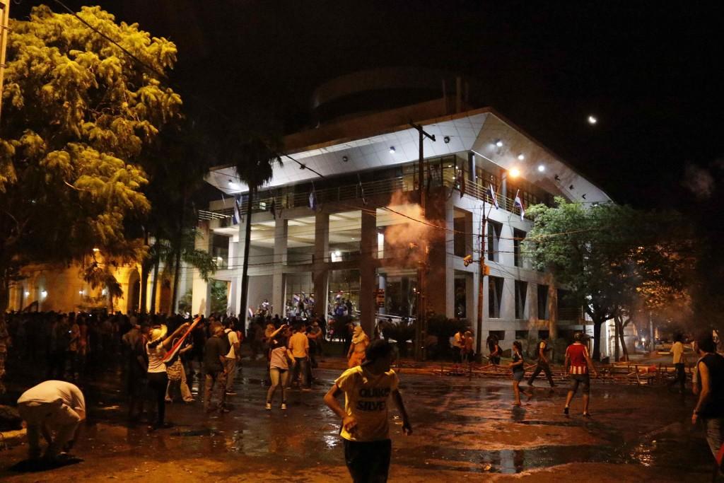 Hay varios policías heridos, según la institución, que señala que los manifestantes están causando destrozos en la fachada del edificio, donde se encuentran varios legisladores
