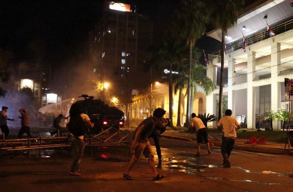 """Con estribillos tales como """"Dictadura nunca más"""", centenares de opositores ingresaron al edificio legislativo luego de destruir portones, vallas y ventanales"""