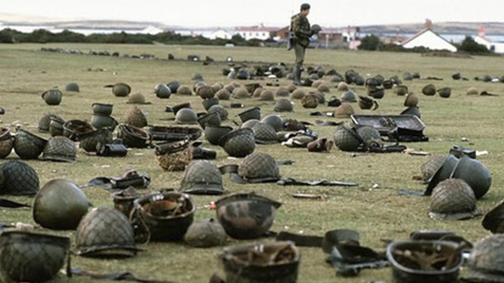 La rendición llegó el 14 de junio a las nueve de la noche. Los soldados combatieron hasta el minuto final entre bombardeos constantes de la flota británica