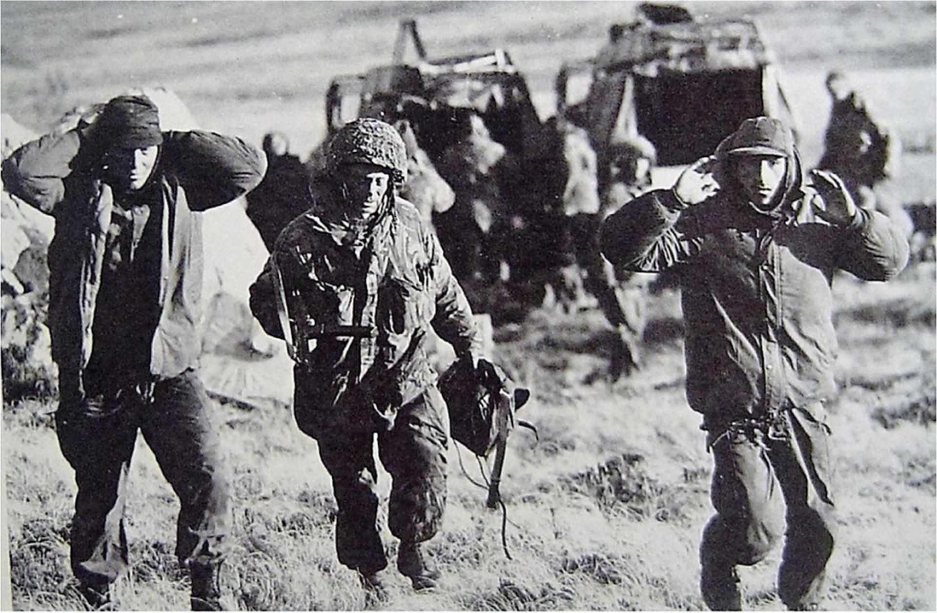 Los prisioneros fueron llevados a Puerto Argentino. Permanecieron unos días más en las islas y fueron embarcados en el buque inglés Canberra, que el 19 de junio arribó a Puerto Madryn con4.167 combatientes