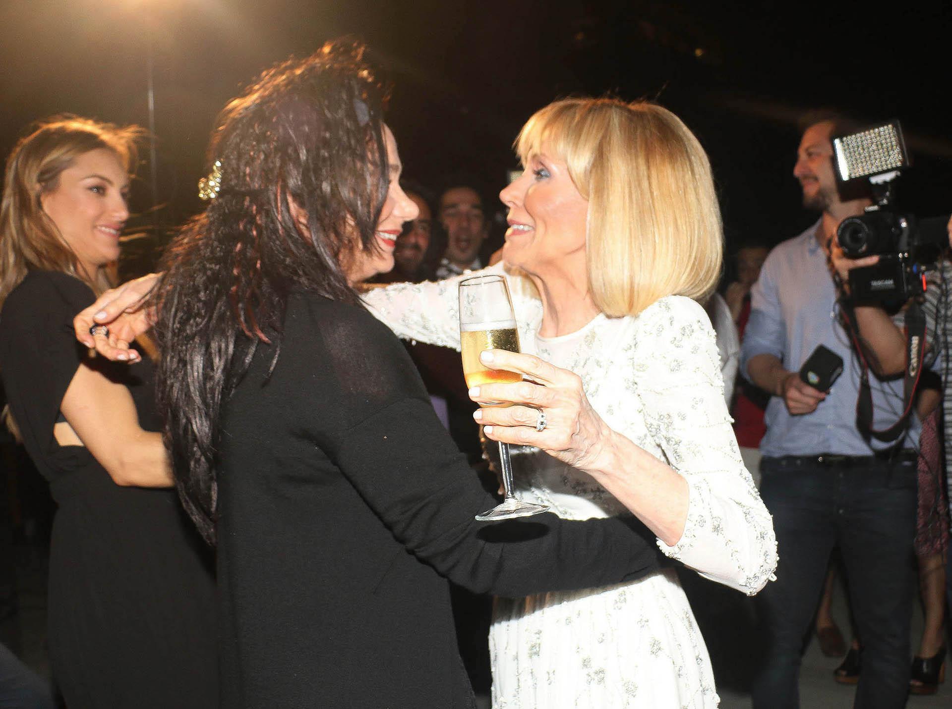 El abrazo entre Evangelina y la actriz Ana María Picchio, madrina de Julieta