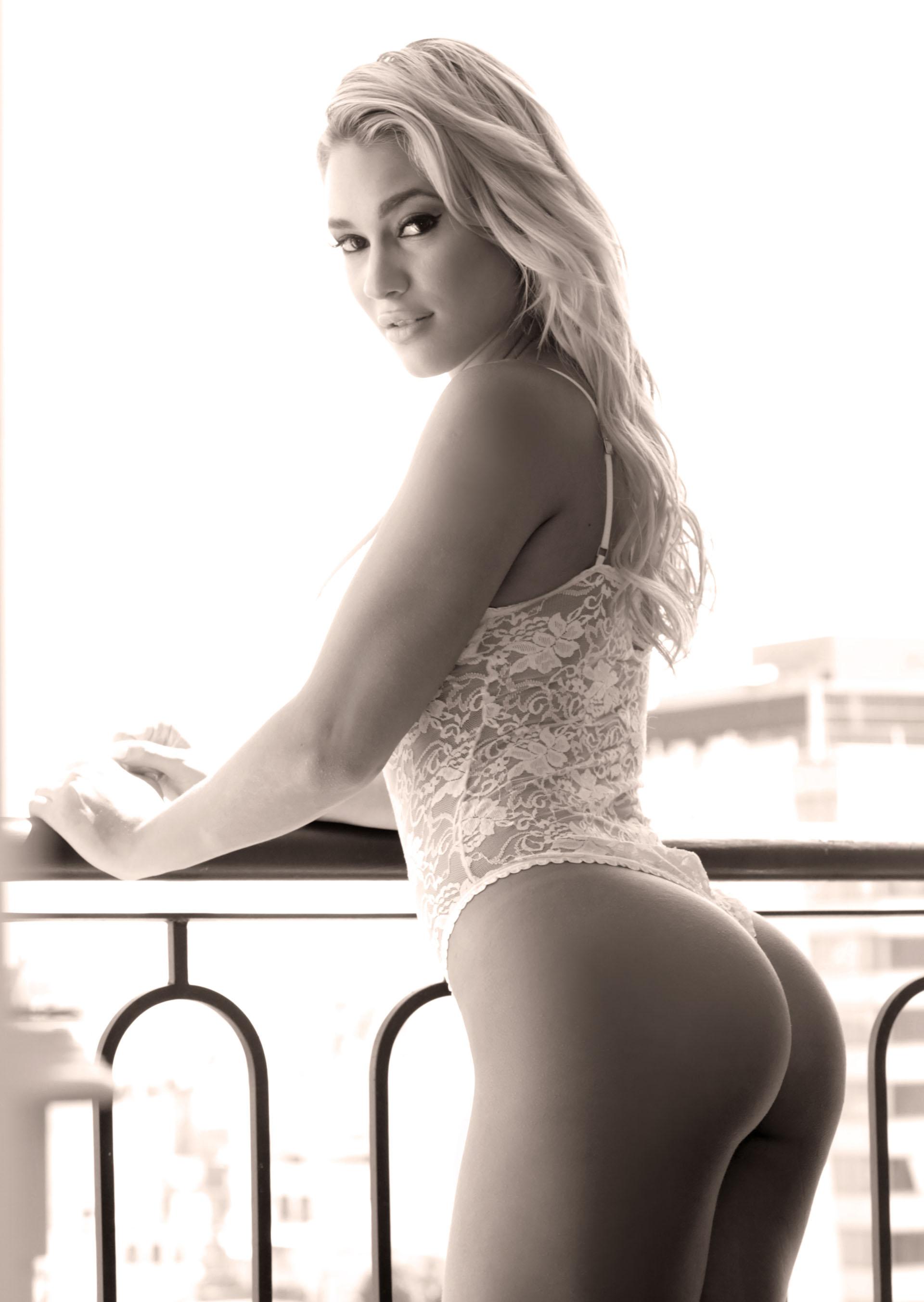 Bailando muy sensual con un corta falda frente a la web cam 4