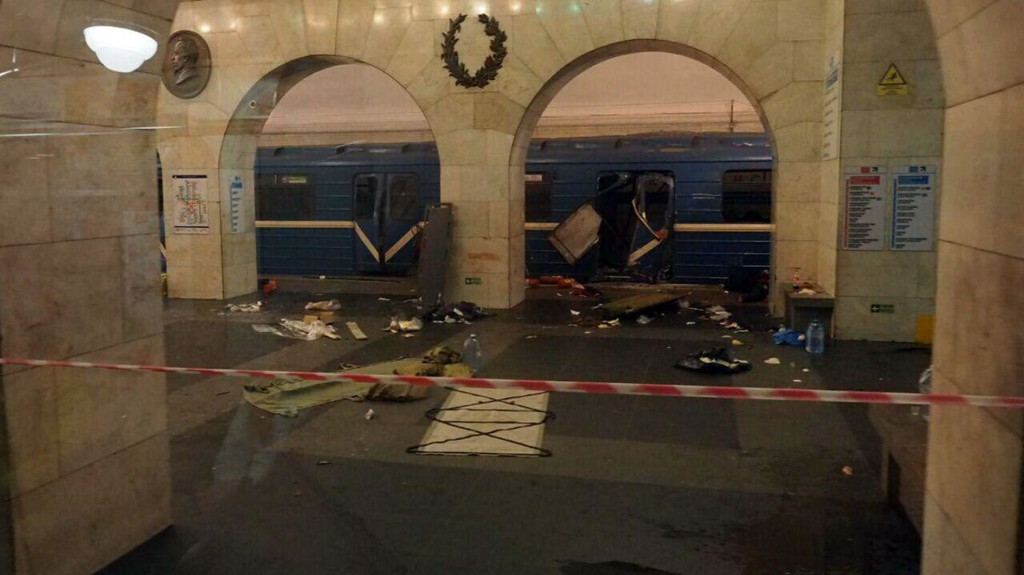 La explosión, que ocurrió hacia las 3 de la tarde, hora local, causó una gran humareda, lo que obligó a evacuar a numerosos pasajeros