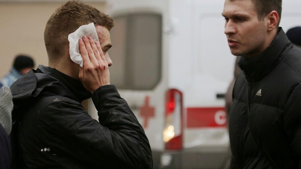La televisión rusa dijo que muchas personas sufrieron laceraciones por restos de metales y vidrios