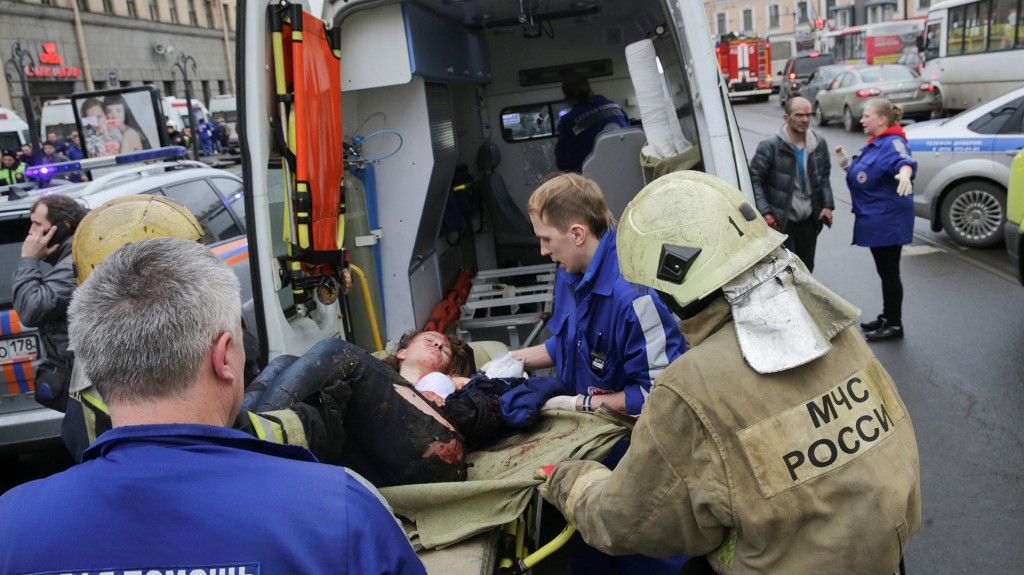 Ambulancias y cuerpos de bomberos descendieron a la estación de metro de Sennaya Ploshchad, construida con concreto y vidrio