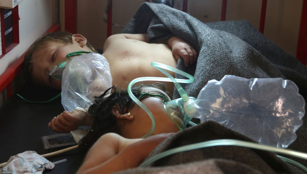 Dos niños reciben atención médica de emergencia. Al Siada apuntó que muchos perdieron la vida por la incapacidad de los hospitales de la zona para atender a todos los heridos, por lo que algunos perecieron antes de que pudieran recibir ayuda (AFP)