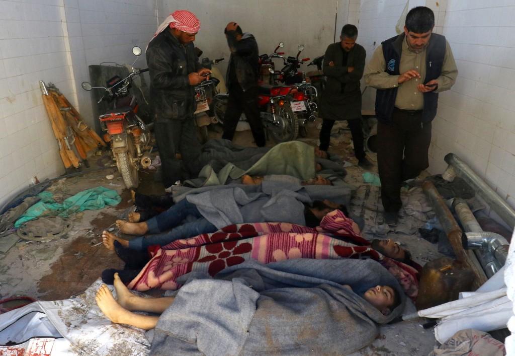 El presidente del Consejo Local de la urbe, Osama al Siada, señaló que aviones de las fuerzas gubernamentales efectuaron cuatro bombardeos con proyectiles que contenían gas cloro y gas sarín (Reuters)