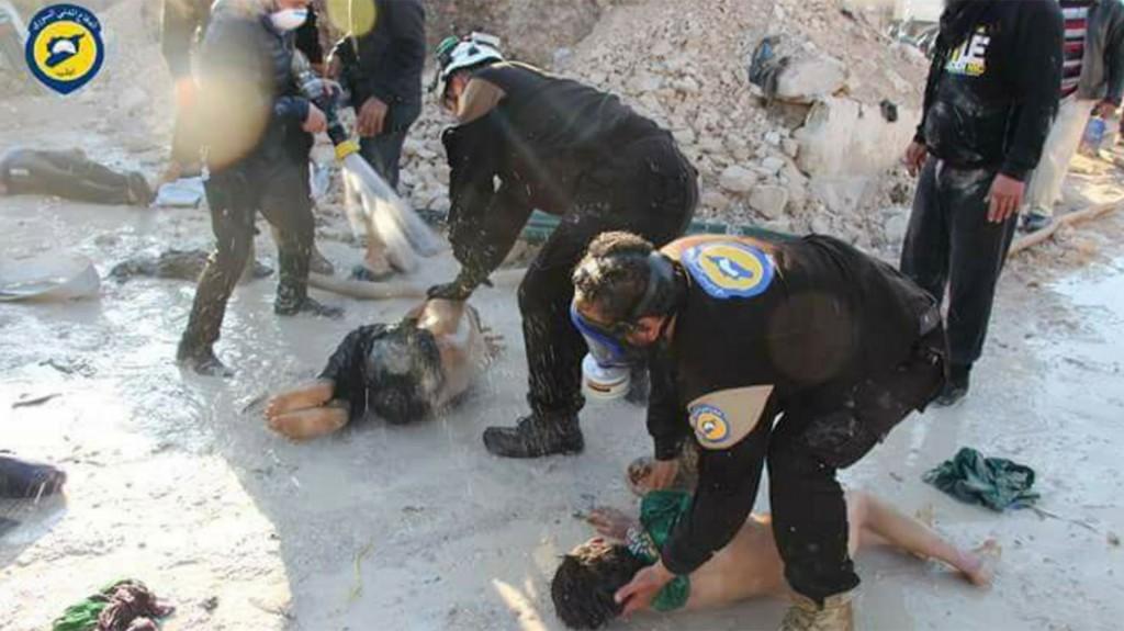 Los socorristas rociaron agua sobre las víctimas para intentar calmar los tortuosos efectos del gas