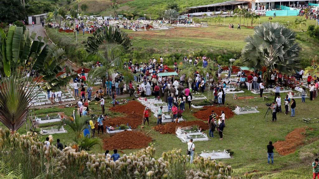 Por su labor improvisada como tanatorio, a las puertas del cementerio se han concentrado centenares de personas para localizar a sus familiares desaparecidos (EFE)