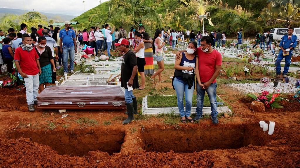 Debido al fétido olor que rodea el cementerio y que atrapa a quienes pasan por la puerta, muchos familiares llevaban máscaras tapabocas que quedaban inundadas por las lágrimas (EFE)