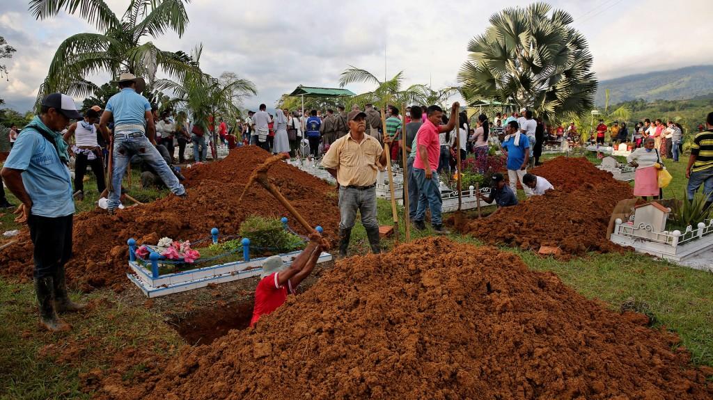 Algunos de los cadáveres eran colocados en el ataúd apenas antes de ser entregados para su entierro y sellados de manera precaria con plástico o cinta debido al avanzado estado de descomposición en que se encontraban (EFE)