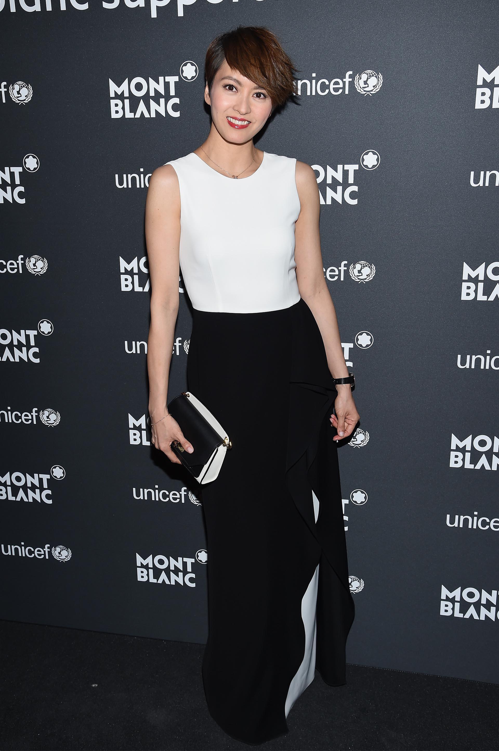 Gigi Leung con un elegante vestido blanco y negro