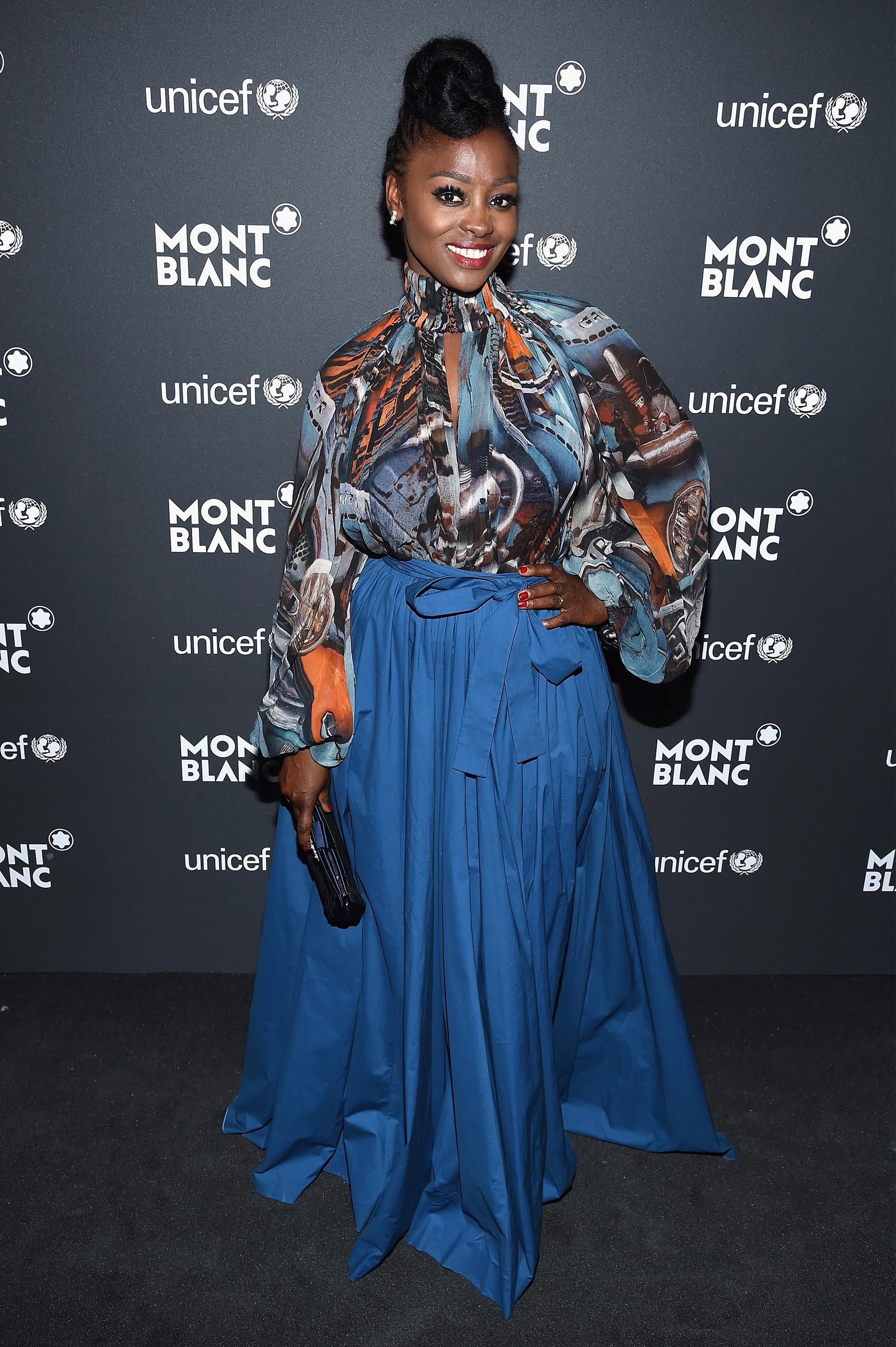 Aissa Maiga y un elegante look de gala, compuesto por una gran falda y una blusa estampada