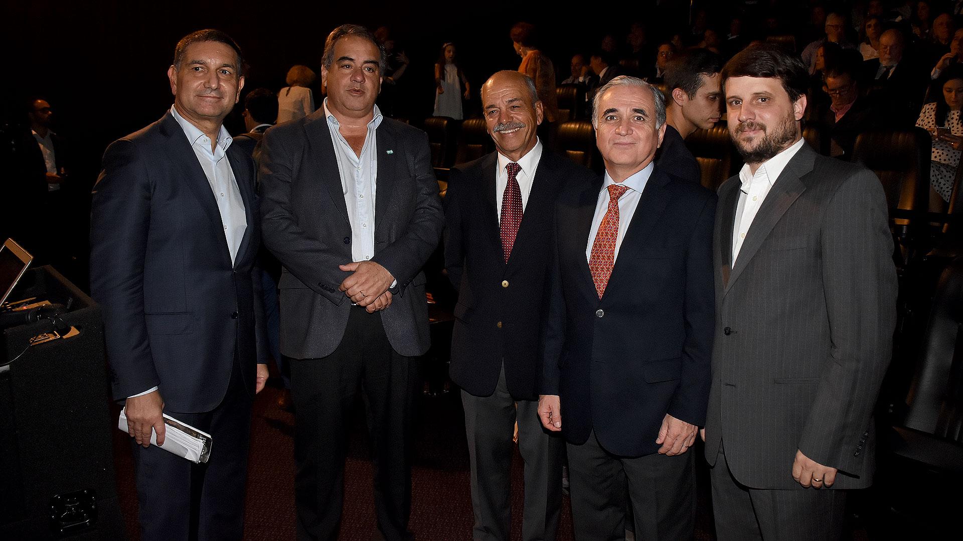 Ex combatientes, junto al Ministro de Defensa y el director de la película