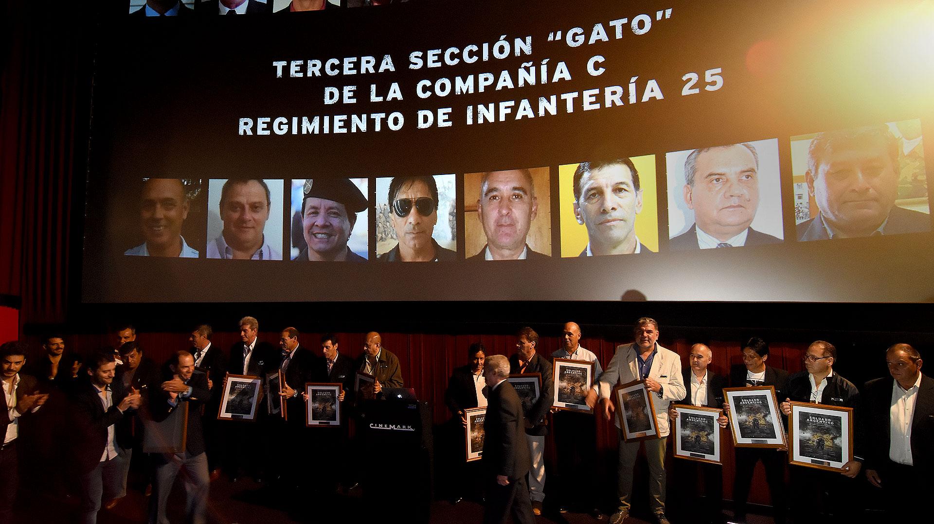 """Antes de la proyección los actores homenajearon a los ex combatientes de la Tercera Sección """"Gato"""""""
