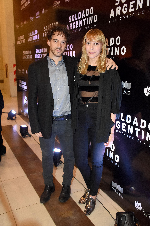 El actor Ezequiel Tronconi, junto a su pareja